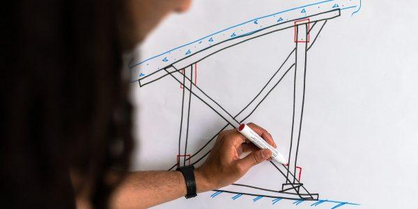 Ingeniero dibujando estructura